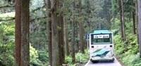馬返ー石裂山間を運行中のリーバス